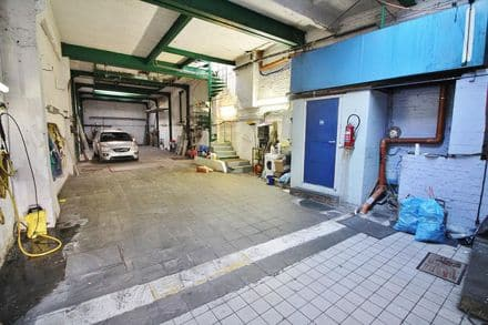 Parking space or garage<span>225</span>m² for rent